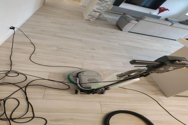 Kietų paviršių, grindų valymas